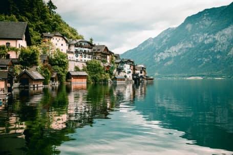 Pe malul lacului, în Hallstadt, Austria