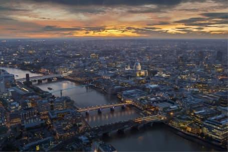 Panoramă cu Londra și podurile de pe Tamisa