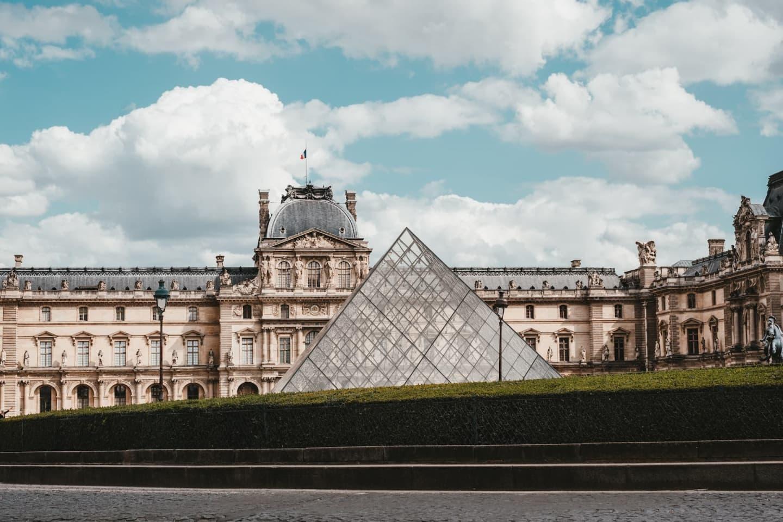 Muzeul Luvru și piramida de sticlă