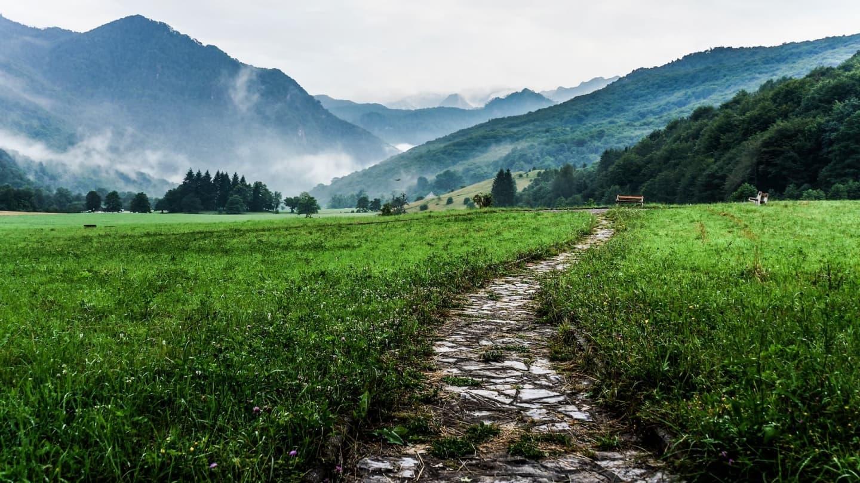 Munții încărcați de ceață în valea Tjentište