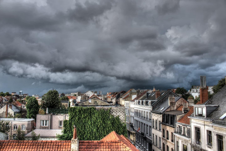 Nori negri deasupra capitalei Belgiei