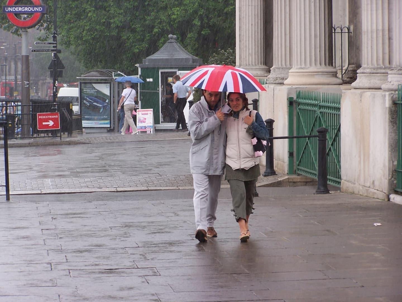 Oameni cu umbrela în timpul ploii la Londra