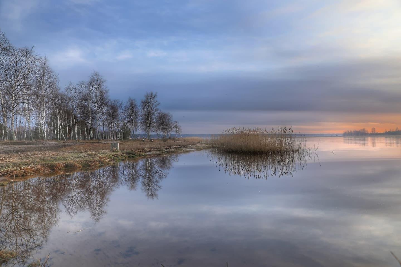 Toamnă mohorâtă pe malurile Daugava în Riga