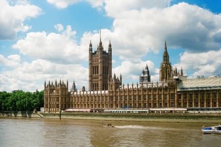 Palatul Westminster pe malul Tamisei