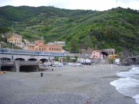 Trenul ce face legătura pe coasta ligură între localitățile Cinque Terre