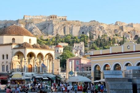Cartierul Monastiriki din Atena, cu Acropolis în plan îndepărtat