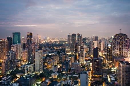 Panoramă nocturnă a capitalei Bangkok