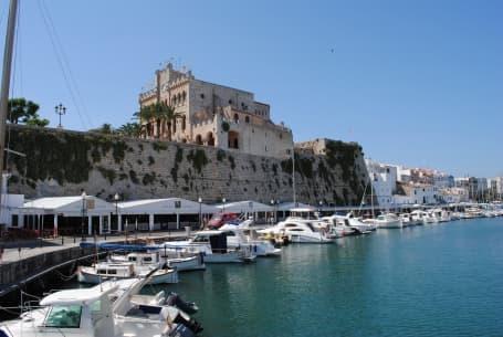 Portul de agrement și primăria din Ciutadella de Menorca