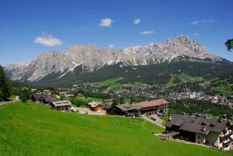 Panorama Cortina d'Ampezzo cu Dolomiții pe fundal