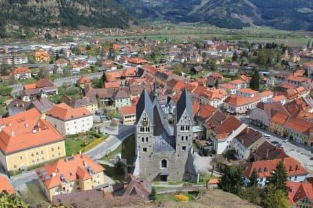 Panoramă Friesach și biserica Sf. Bartolomeu
