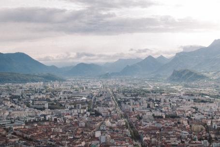 Grenoble văzut din teleferic, Alpii pe fundal