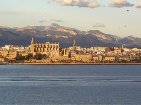 Panoramă Palma de Mallorca văzută dinspre mare