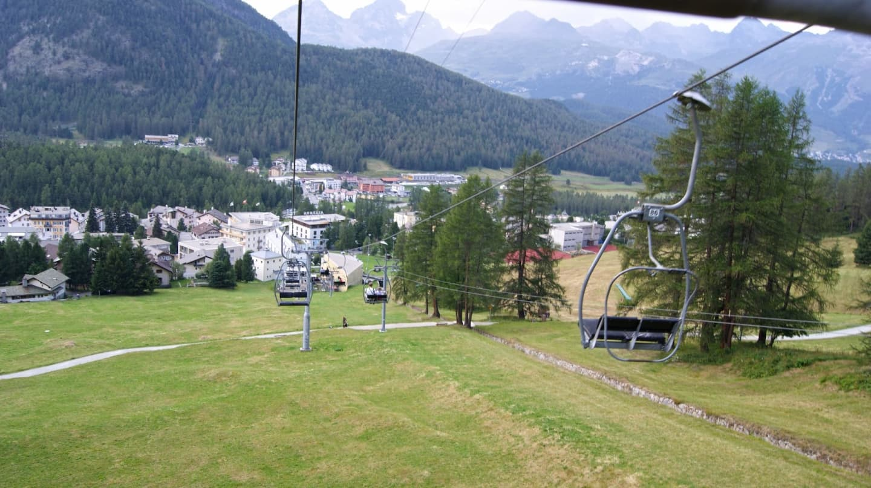 Panoramă dinspre pârtia de schi și telescaun