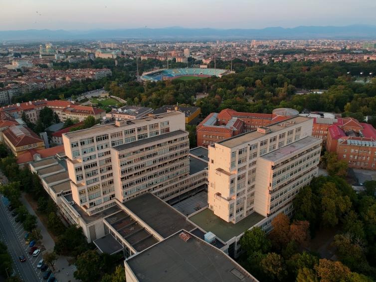 Panoramă cu Universitatea în prim plan și stadionul Levski