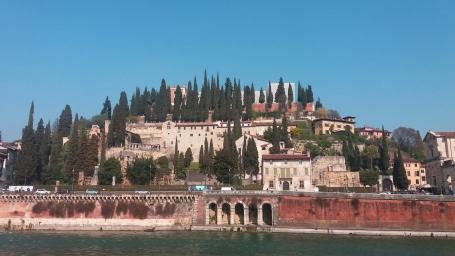 Castelul San Pietro văzut din Piazza Broilo, peste Adige