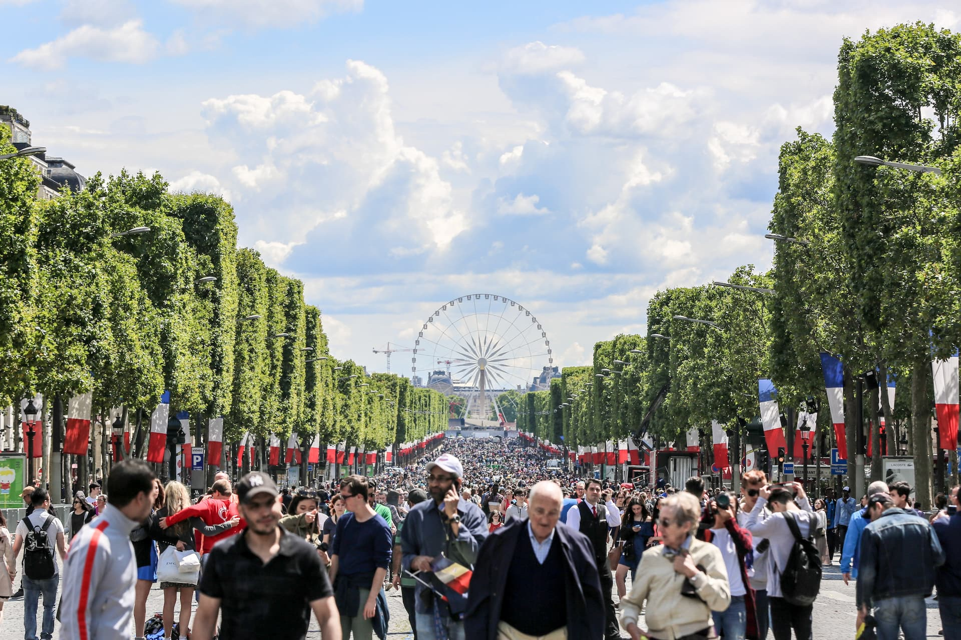 Francezii sărbătoresc Ziua Bastiliei pe Champs Élysées