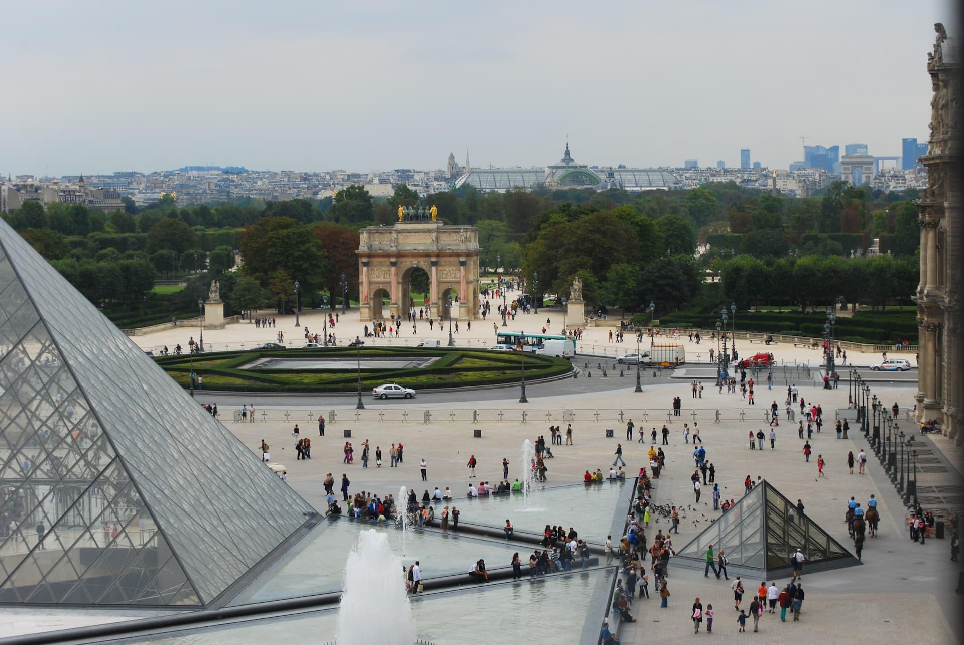 Piața Carrousel du Louvre din fața muzeului Luvru