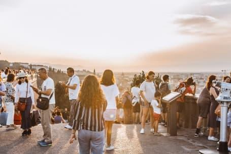 Turiști în căutarea unui punct de observație ideal pentru a fotografia Florența