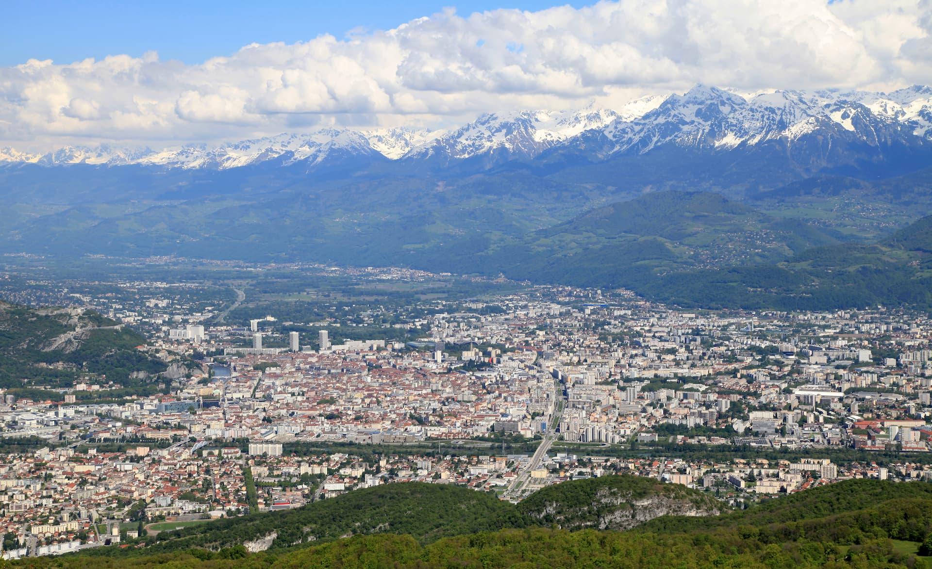Panorama orașului Grenoble cu Alpii pe fundal