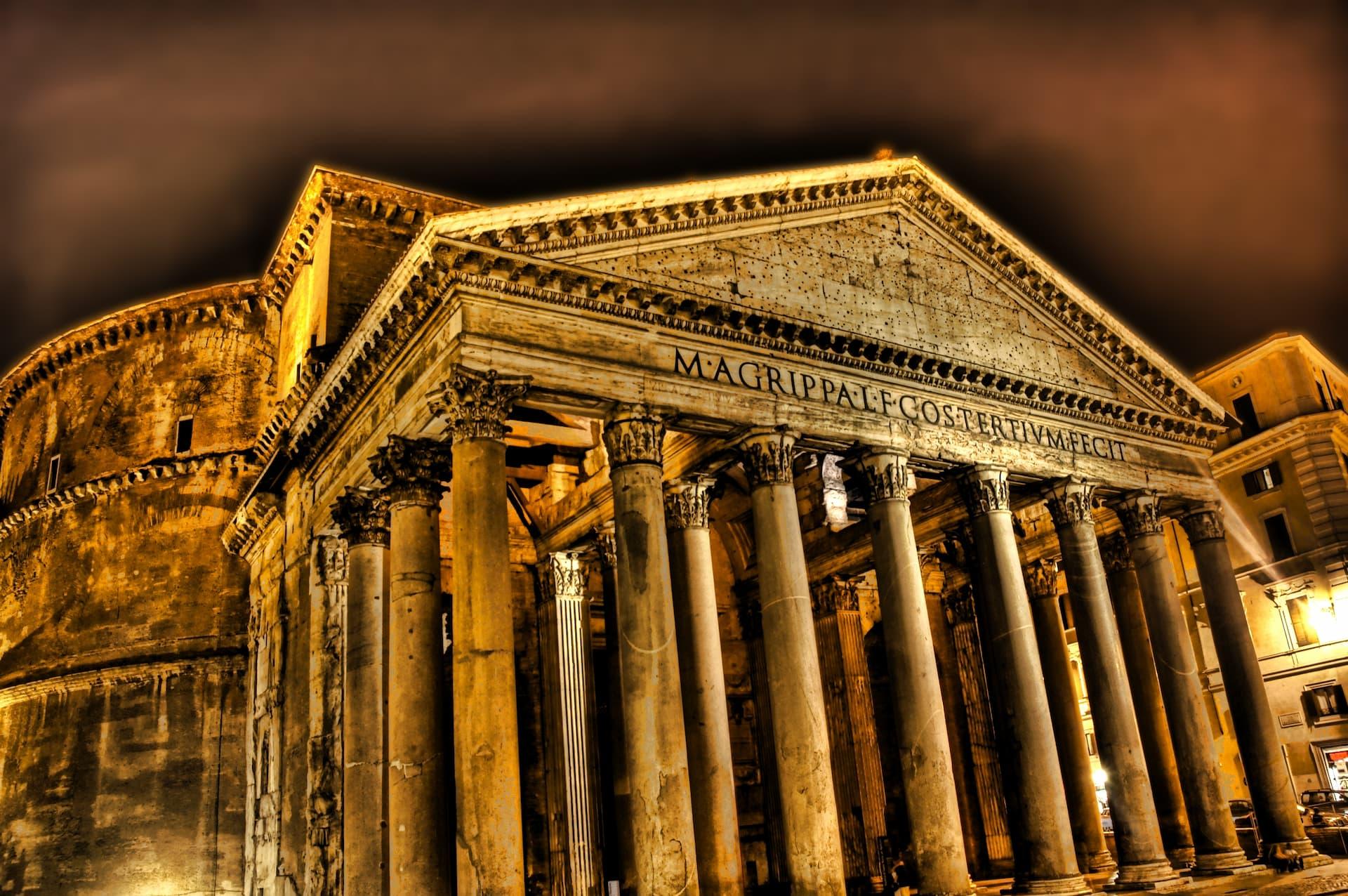 Fațada Panteonului din Roma pe timp de noapte