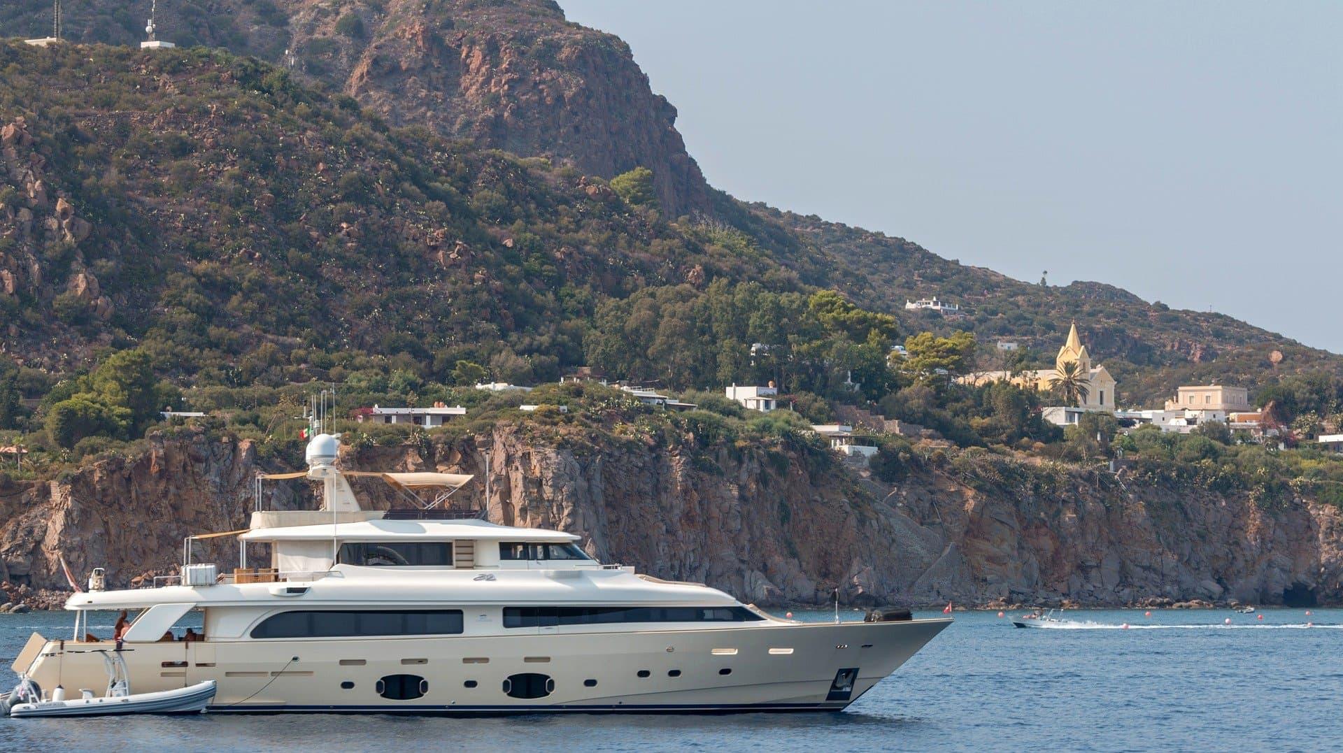 Yacht în largul Lipari